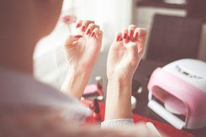 Grzybica paznokci u nóg to częsty problem osób odwiedzających chociażby publiczne baseny
